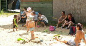 Przed bazą strefa zabaw dla dzieci z licznymi zabawkami i nieustannym towarzystwem